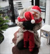 Oskar gives Santa a hug