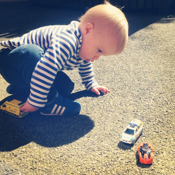 Hugo med sina nya bilar