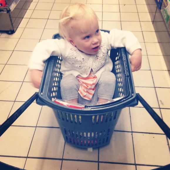 Lilly i en korg i en affär