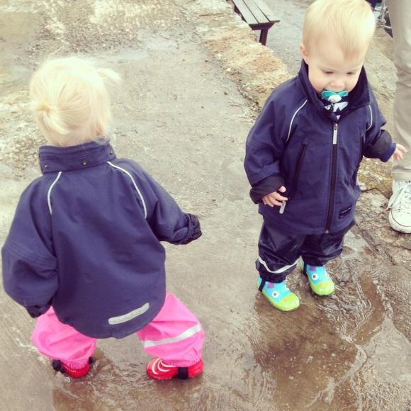 Lilly och Hugo och en vattenpöl