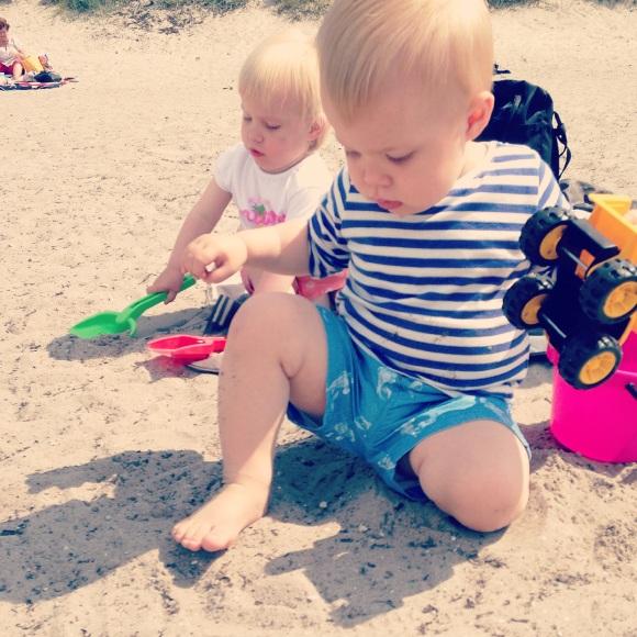 Hugo och Lilly i sanden