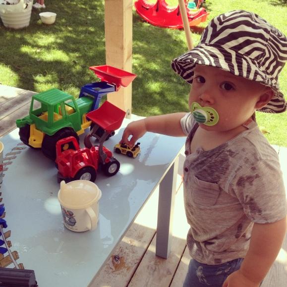 Hugo leker ute