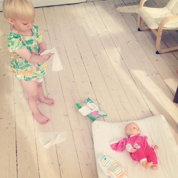 Lilly byter på dockan