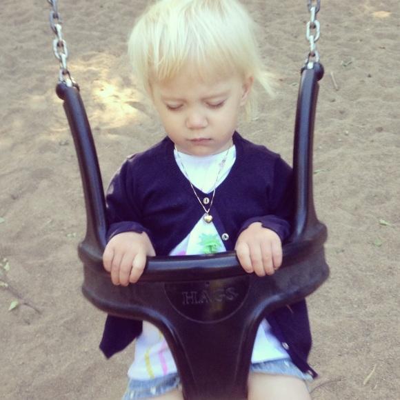Lilly blundar när hon gungar