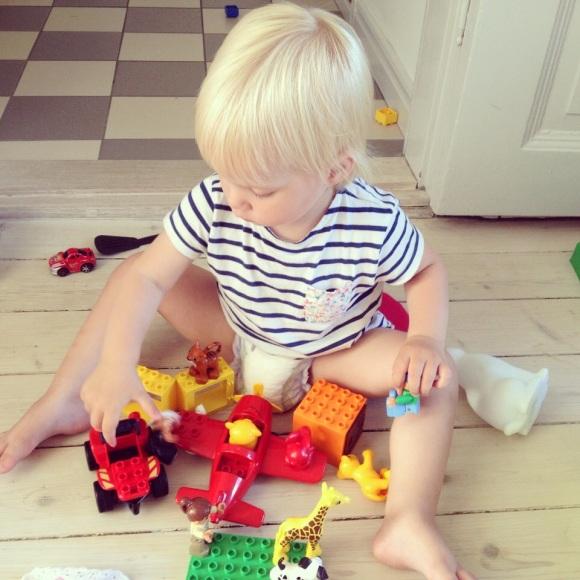 Lilly leker med Lego