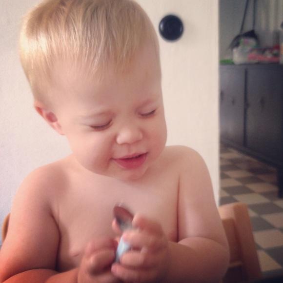 Hugo blundar och äter