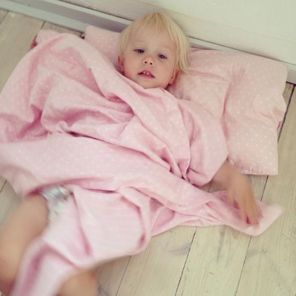 Lilly myser på golvet