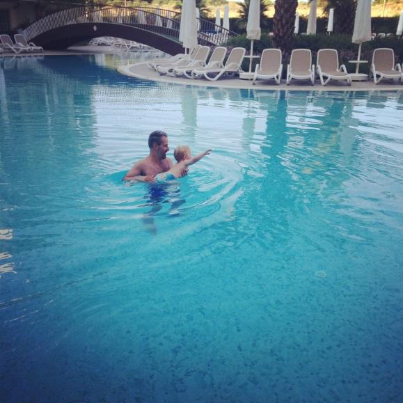 Hugo och Pappa själva i poolen