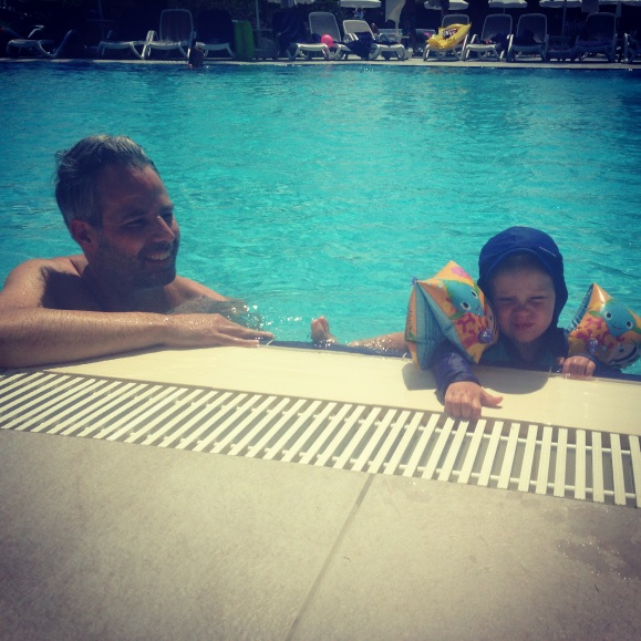 Lilly och pappa badar