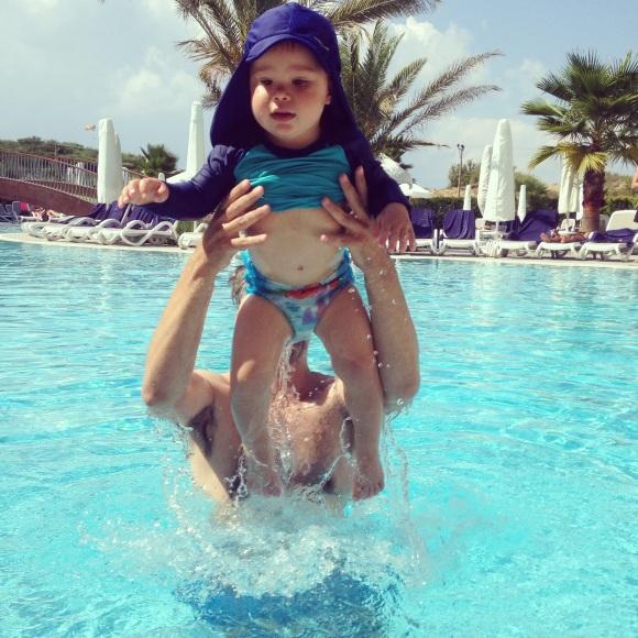 Lek med Hugo i poolen