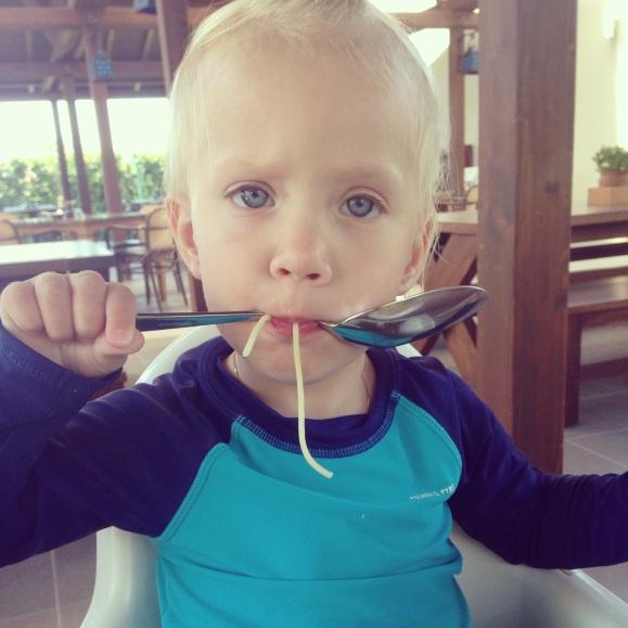 Lilly mumsar i sig spagetti