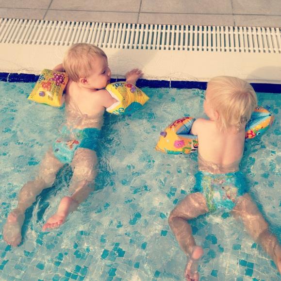 Twinsen hänger vid poolkanten