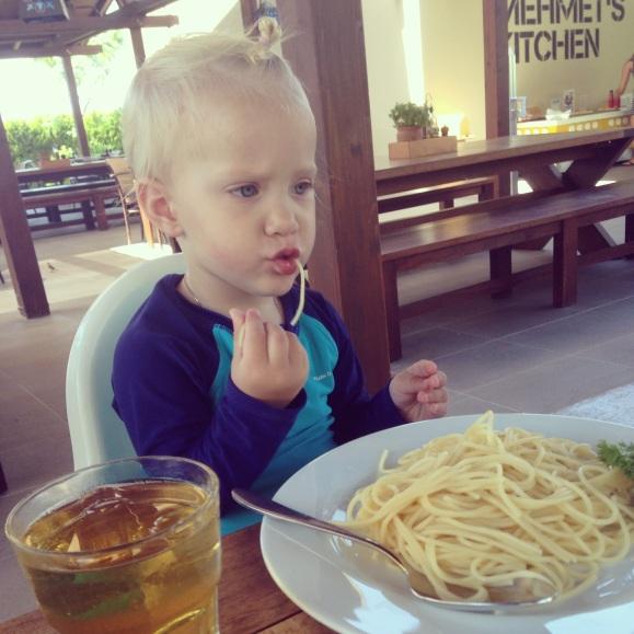 Lilly äter spagetti