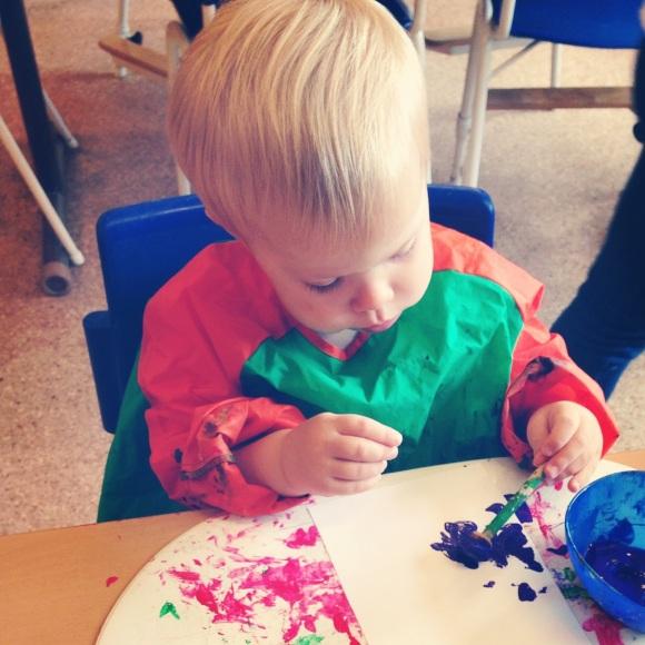 Hugo målar