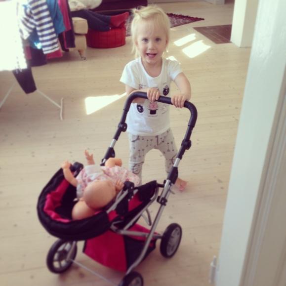 Lilly ute och går med dockorna