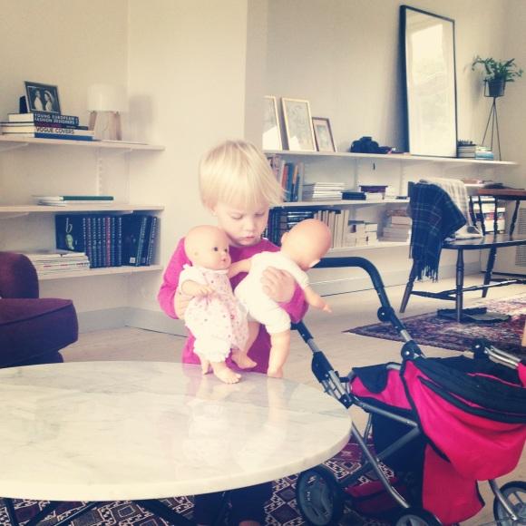Lilly tar hand om dockorna