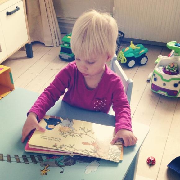 Lilly läser