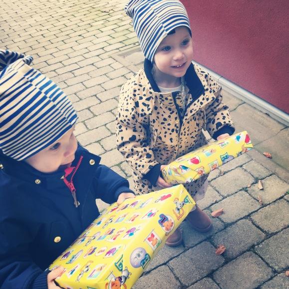 Hugo och Lilly med paket
