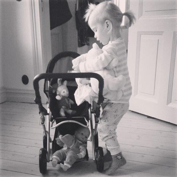 Lilly med barnvagnen