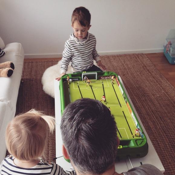 Fotbollsspel med kusin Oskar
