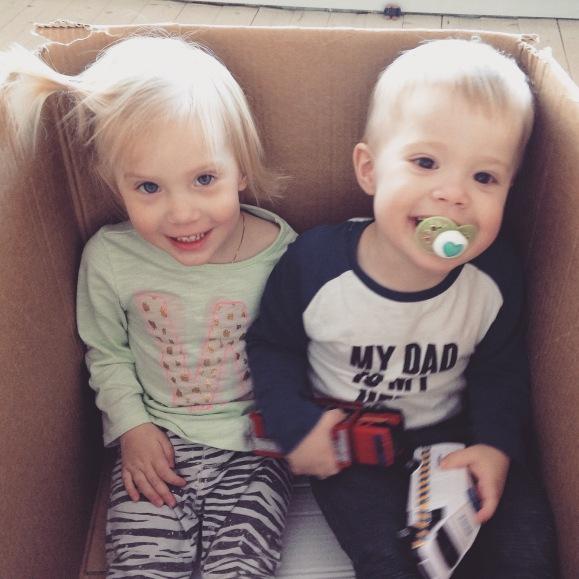 Tvillingar i en låda
