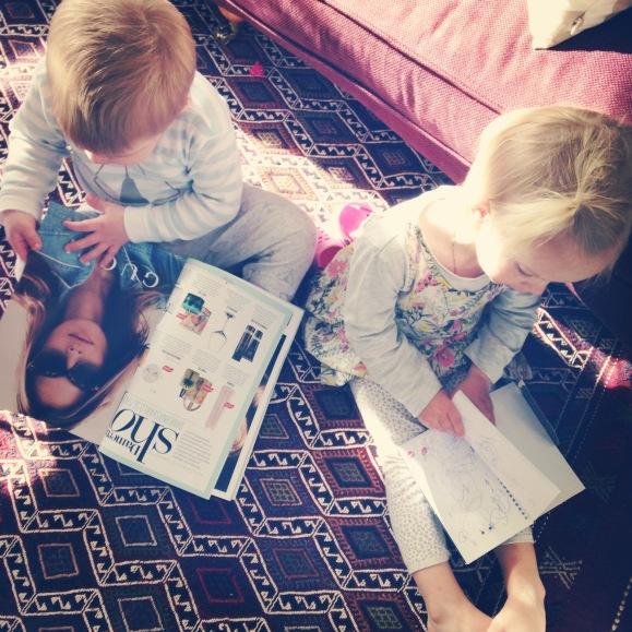 Hugo och Lilly läser tidning