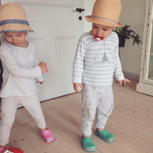Kidsen provar nya hattar och skor