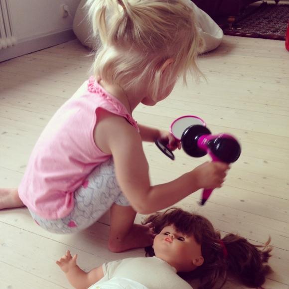 Lilly blåser håret på dockan