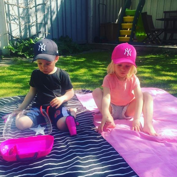 Hugo och Lilly i trädgården