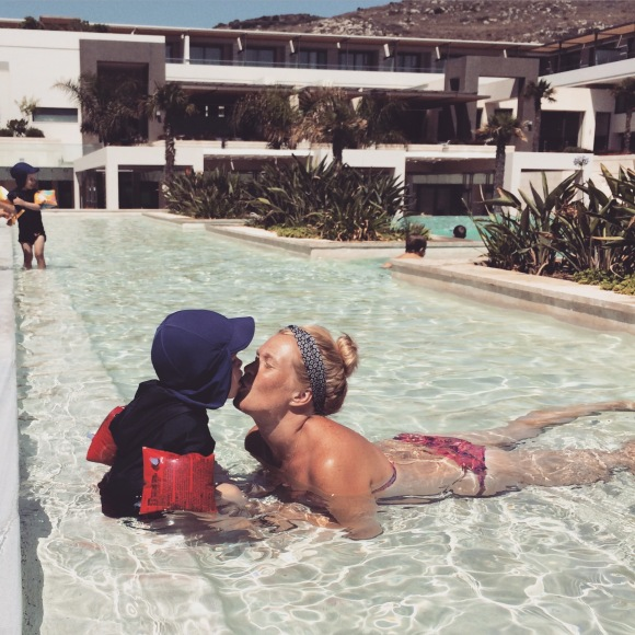 Hugo och mamma pussas