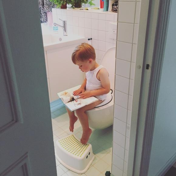 Hugo på toaletten